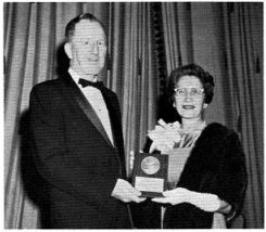 Д-р Софи Плешнер, Президент Общества химиков-косметологов, вручает Медаль М-ру Рэймонду Р. Риду